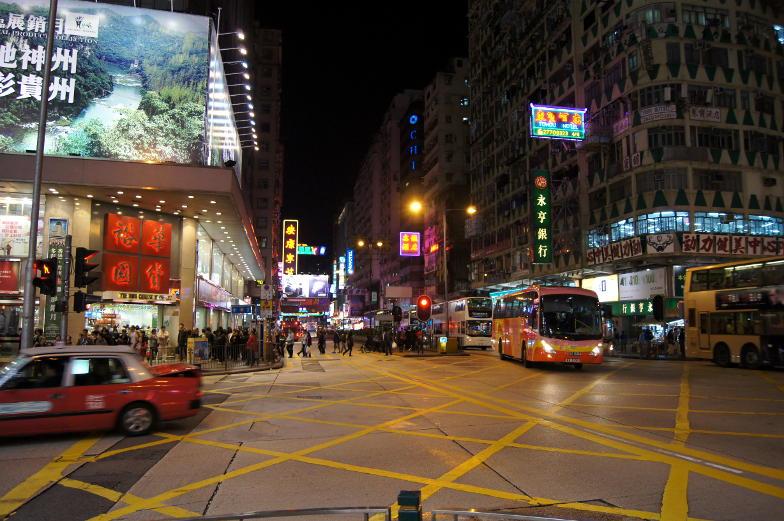 Auch im dunkeln ist durch die vielen asiatischen Leuchtreklamen in Hongkong hell