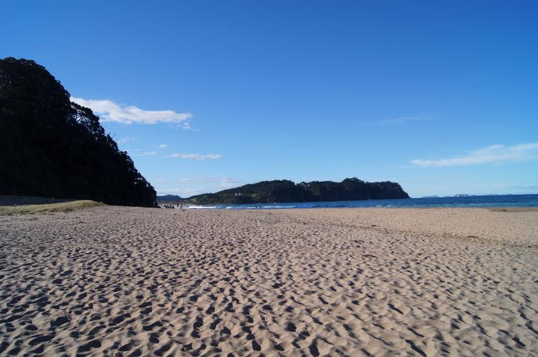 Der breite Sandstrand am Hot Water Beach ladet zum spazieren ein