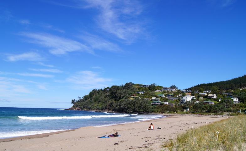 Hot Water Beach liegt in einer schönen Bucht mit Sandstrand