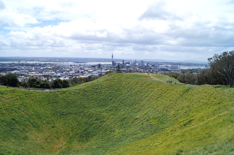 Blick vom Mt. Eden auf Sky Tower in Auckland