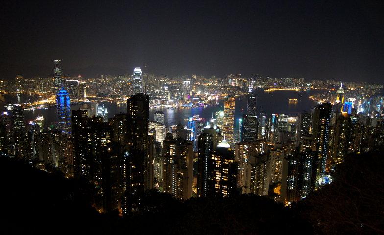 Blick auf die leuchtenden Hochäuser in der Nacht Hongkong
