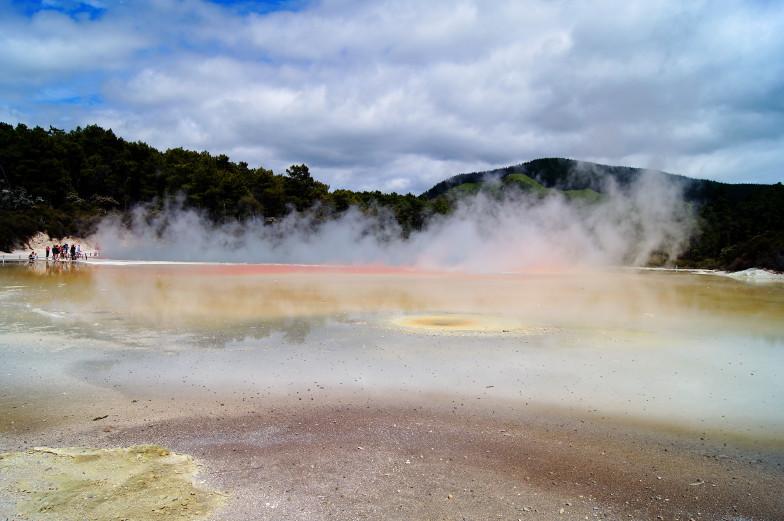Ausflugstipp Wai-O-Tapu Thermal Wonderland in Rotorua zu Fuß an den Thermalquellen vorbei