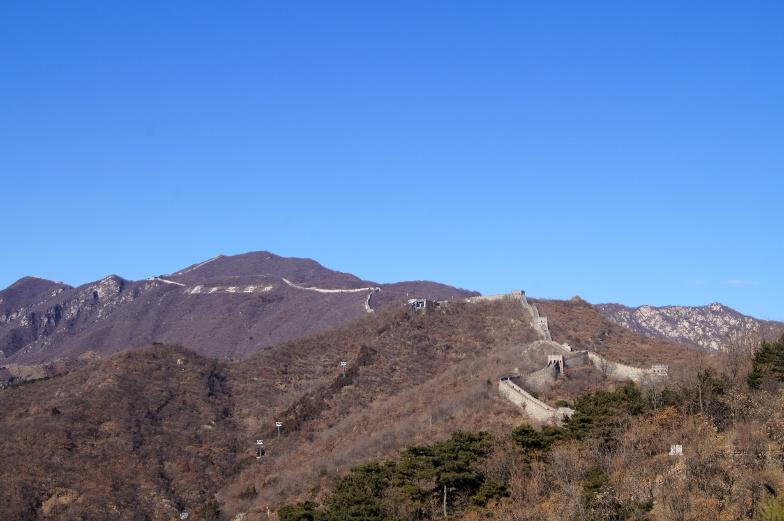 Die chinesische Mauer Mutianyu verlaeuft auf den Bergen Peking