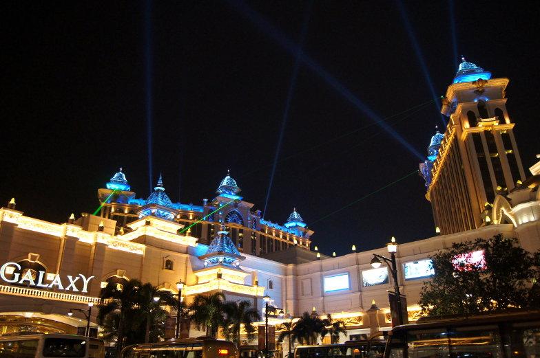 Galaxy Hotel Lasershow bei Nacht Macau