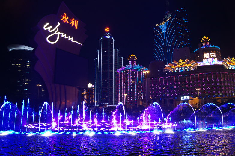 Bunte Fontaenenshow in der Nacht in Macau