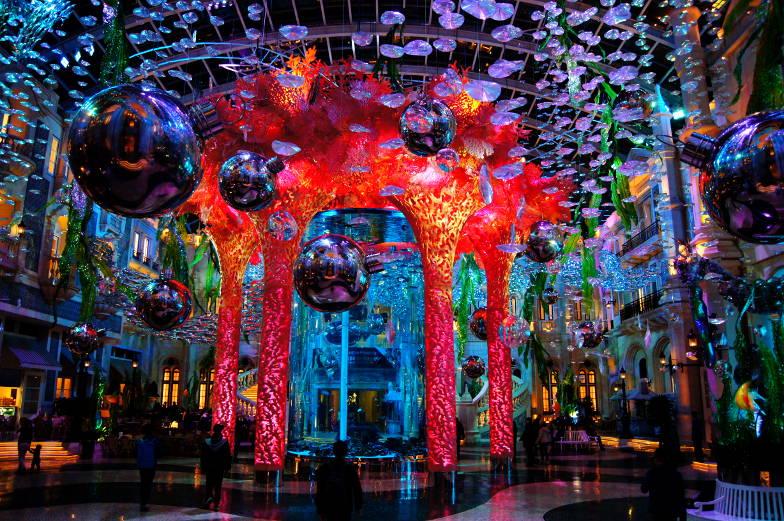 Der bunt gestaltete Innenbereich des MGM Hotels in Macau