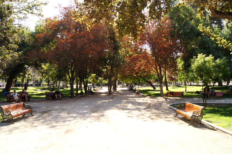 Spaziergang durch den Parque Forestal in Santiago de Chile