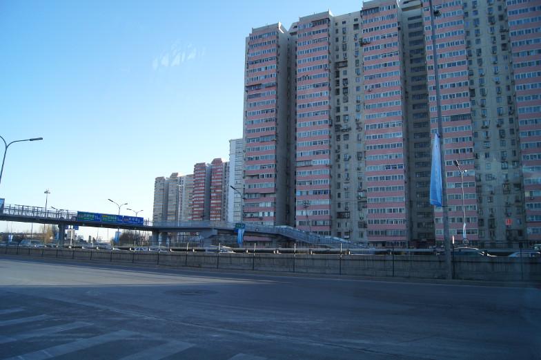 Entlang an den vielen Plattenbauten in Peking