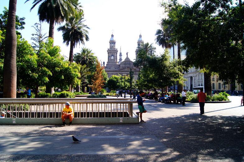 Auf dem Plaza de Armas mit Blick auf die Kirche Santiago de Chile