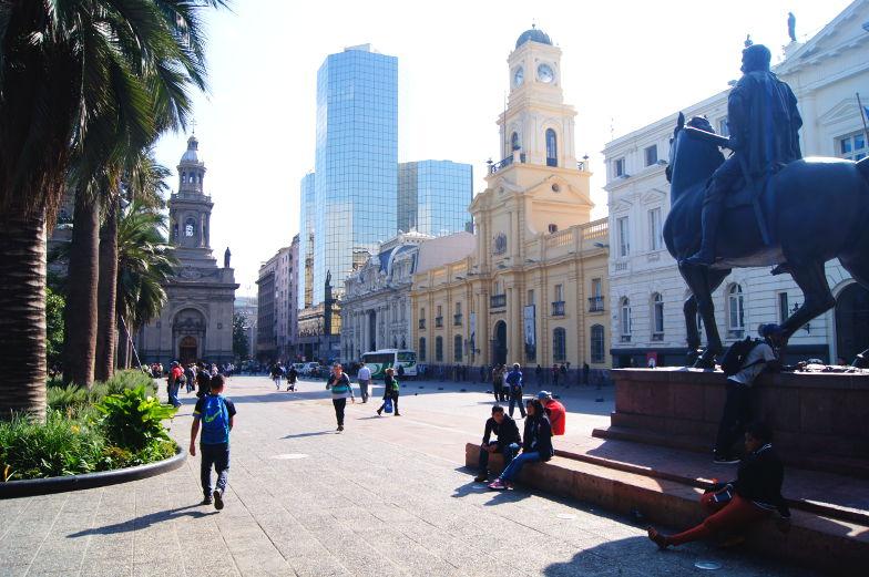 Gruender der Stadt mit Pferd auf dem Plaza de Armas veerwigt in Santiago de Chile