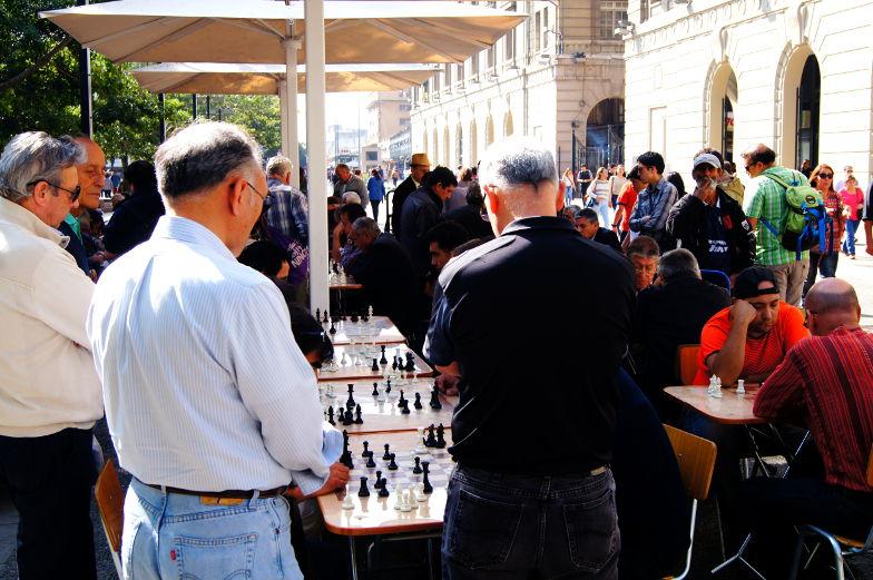 Schachspiel auf dem Plaza de Armas in Santiago de Chile