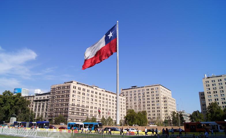 Blick auf die riesige chilenische Flagge Santiago de Chile