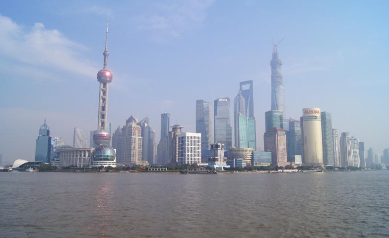 Blick von Pudong zum Oriental Pearl Tower und dem Shanghai World Financial Center