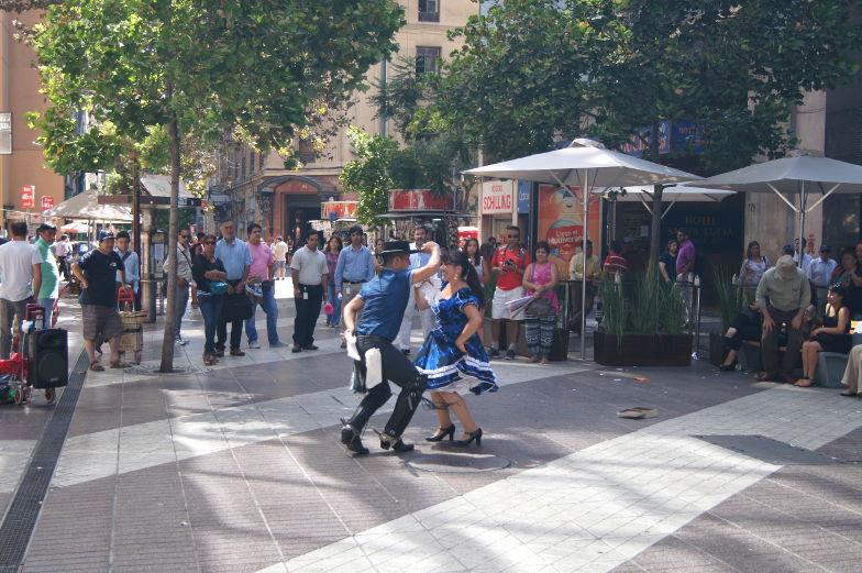 Folkloretanz in der Fussgaengerzone Santiago de Chile
