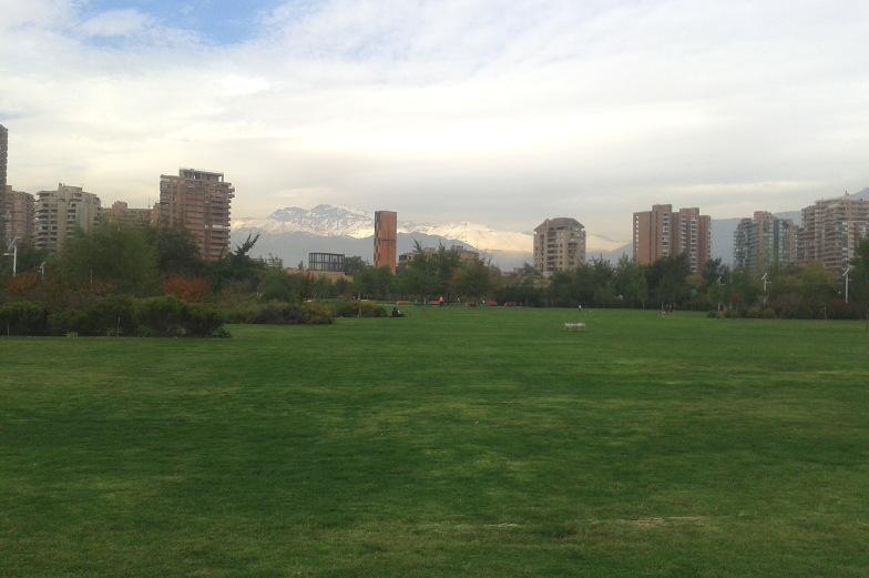Riesige Wiese im Park Araucano in Santiago de Chile