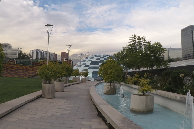 Weg durch den riesigen Park Araucano in Santiago de Chile
