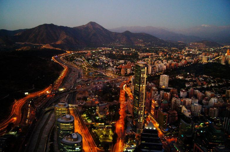 Sky Costanera bei Nacht Ausblick Santiago