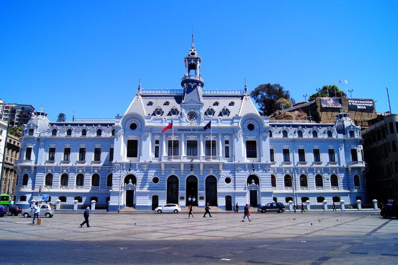 Auf dem Hauptplatz in Valparaiso steht das eindrucksvolle Gebaeude Edificio Armada de Chile