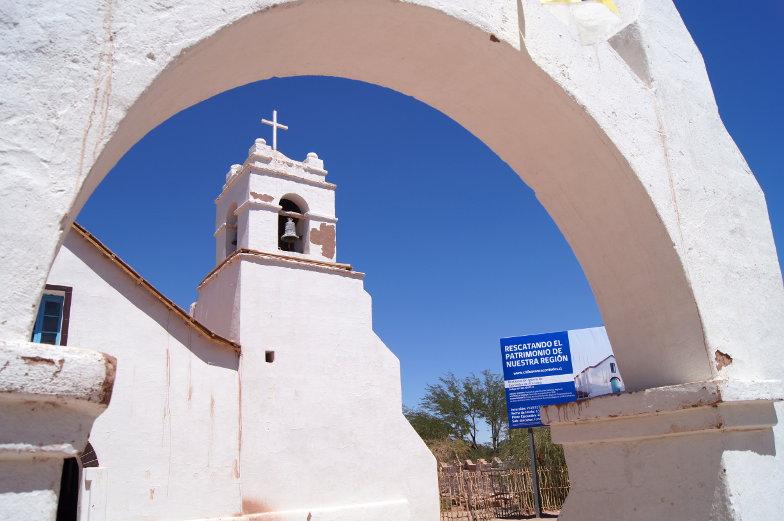 Eine weisse Kirche im Kolonialstil auf dem Hauptplatz von San Pedro de Atacama Sehenswuerdigkeiten