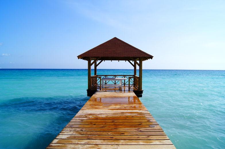 Auf dem Steg mit Blick auf das Meer Dominikanische Republik