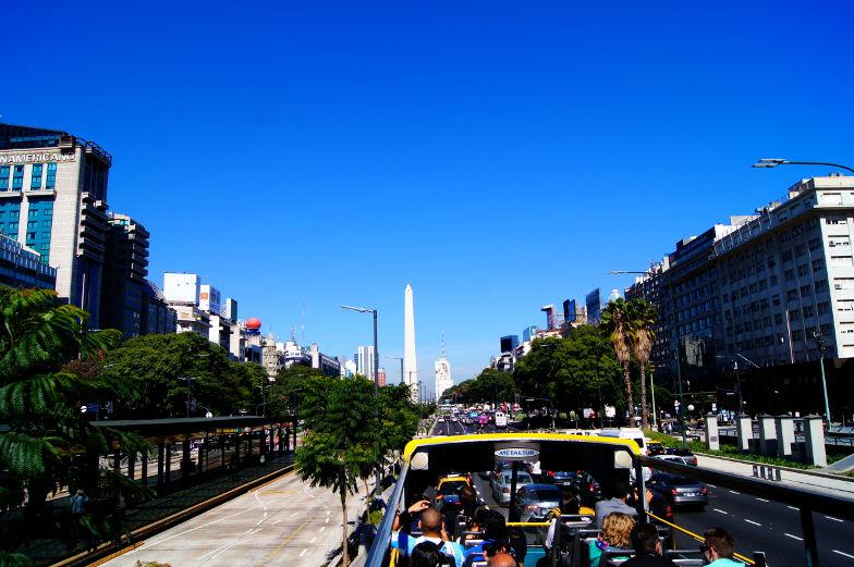 Schon von weitem ragt der Obelisk in Buenos Aires ueber alles