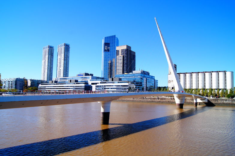 Ein neues Wahrzeich von Buenos Aires die Bruecke on Puerto MAdero