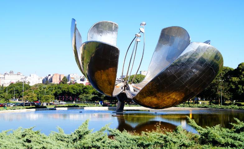 Eine solarbetriebene Blume die sich mit der Sonne in Bueons Aires oeffnet