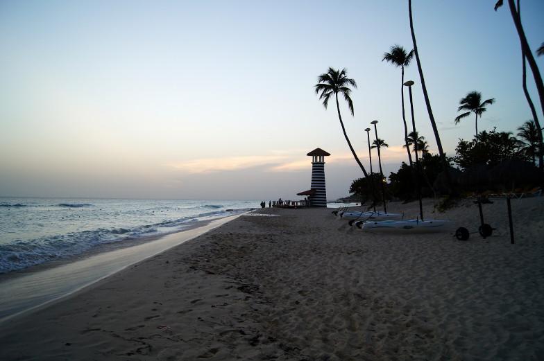 Blick auf das Meer, die Palmen und einem Leuchtturm Dominikanische Republik
