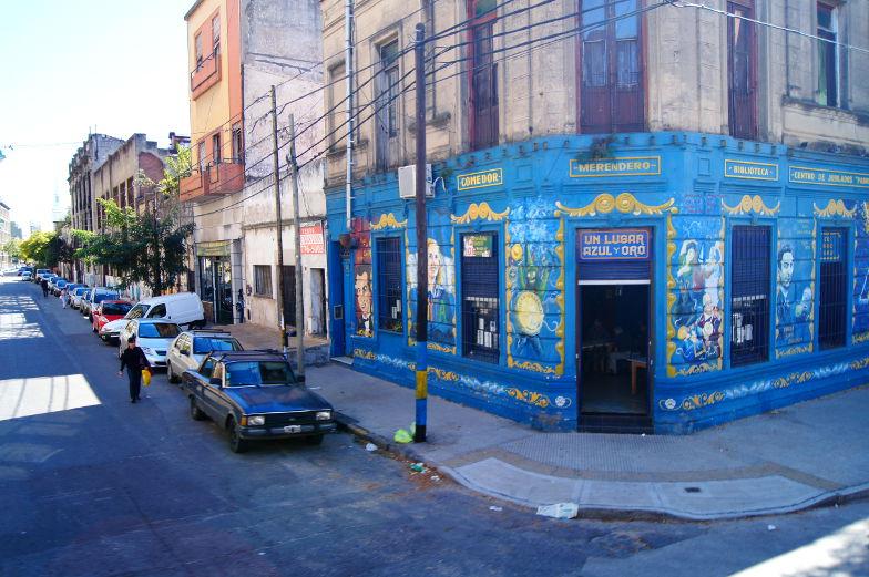 Viele bunte Haeuser im Stadtteil La Boca in Buenos Aires