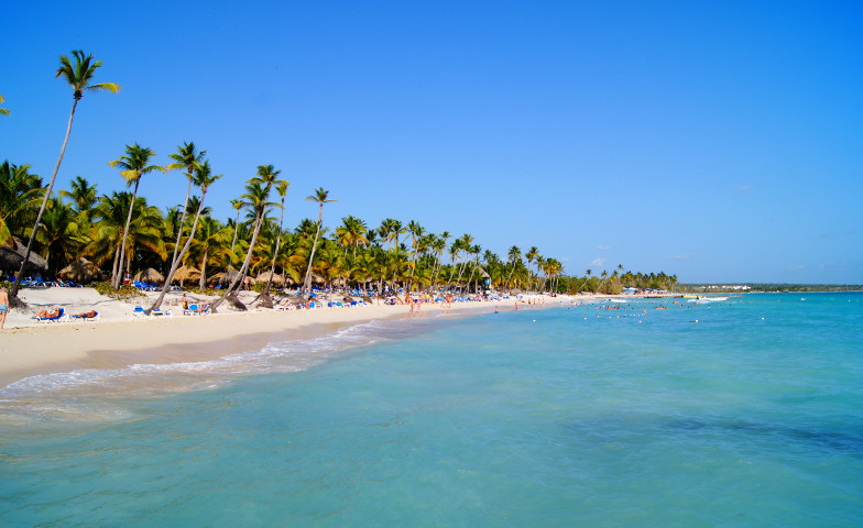 Weisser Sandstrand blaues Wasser und jede Menge Palmen in der Dominikanischen Republik