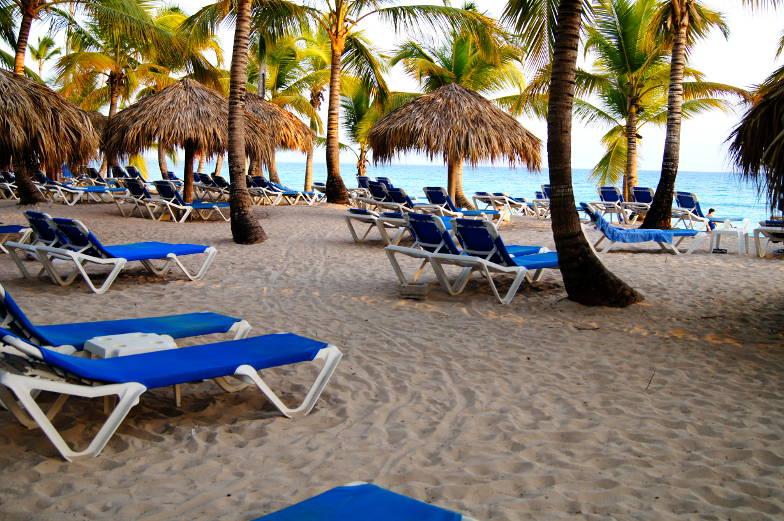 Strandliegen zwischen Palmen und Meer Dominikanische Republik