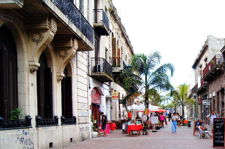 Alte Gebaeude und Palmen und kleine Laeden machen die Ciudad Vieja Altstadt aus