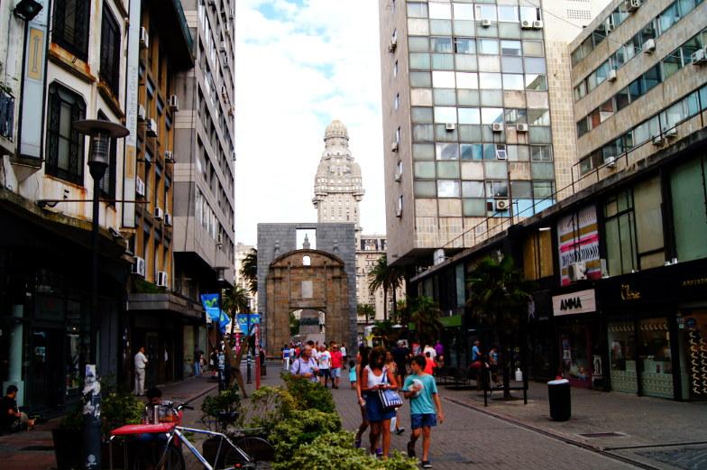Ein Stueck Torbogen von der Altstadt Montevideo