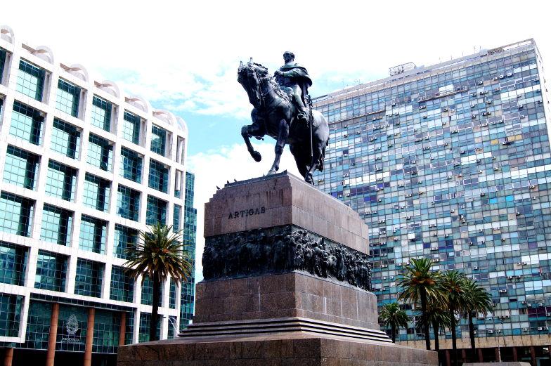 Reiterstatue mitten auf dem Plaza Independencia Sehenswuerdigkeiten Montevideo