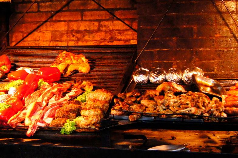 Asado offene Grills gibt es jede Menge in der Markthalle Montevideo
