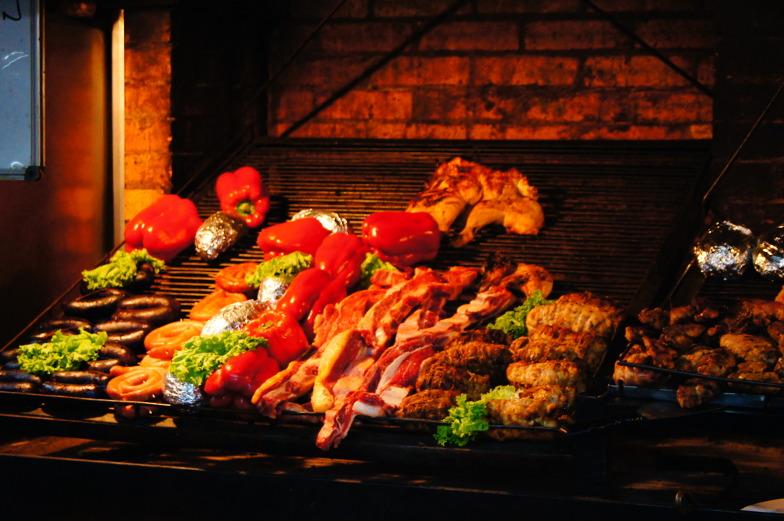 Gegrilltes Fleisch im Puerto Mercado in Montevideo keine Seltenheit