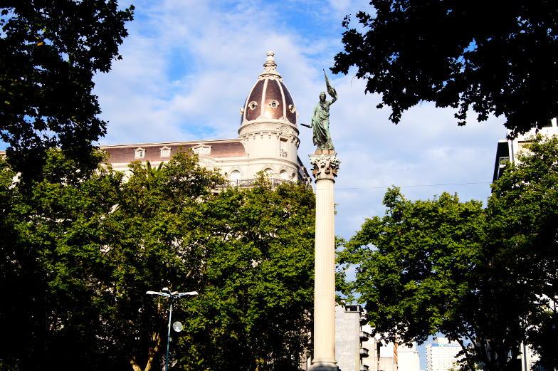 Sehenswuerdigkeit die Hauptstrasse Avenida 18 Julio im Zentrum von Montevideo
