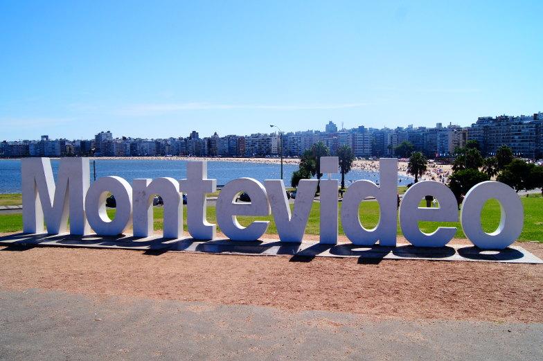 An der Bucht von Pocitos findest du den Montevideo Sign