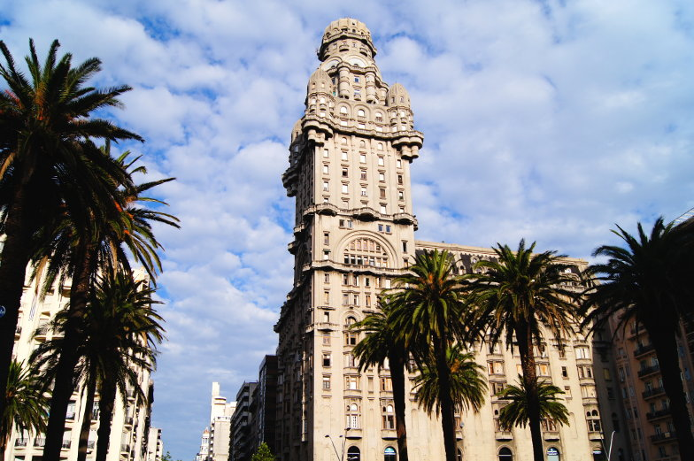 Das Wahrzeichen von Montevideo ein Art Deco Gebaeude Palacio Salvo