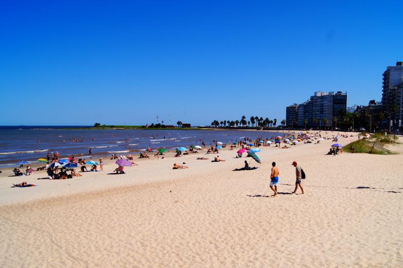 Feiner weicher Sandstrand in Pocitos Montevideo