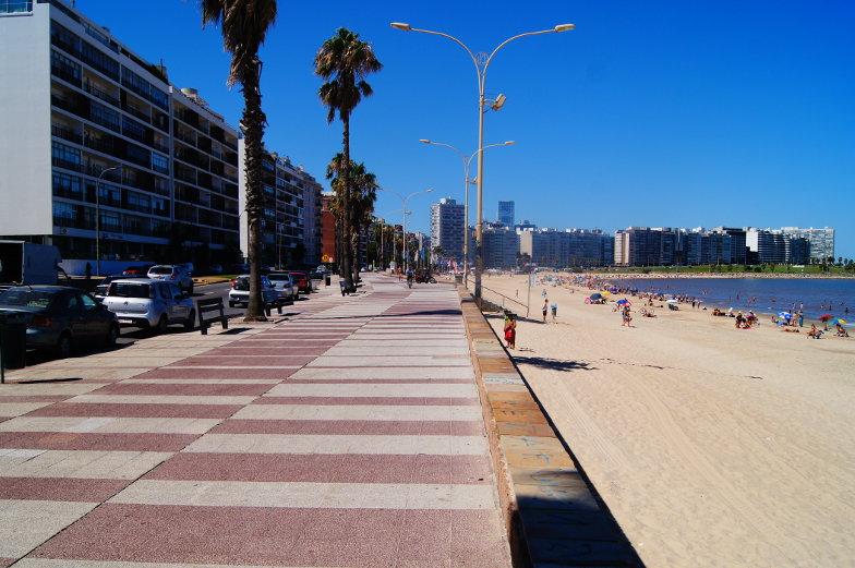 Die Rambla verbindet verschiedene Stadtteile in Montevideo miteinander und verlaeuft direkt an der Kueste