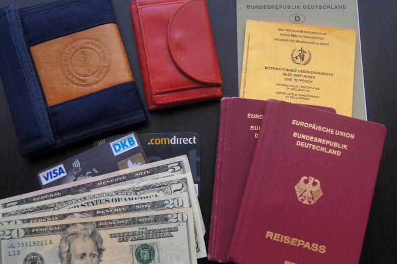 Zur Weltreisepackliste gehoert auch wichtige Dokumente und Geld