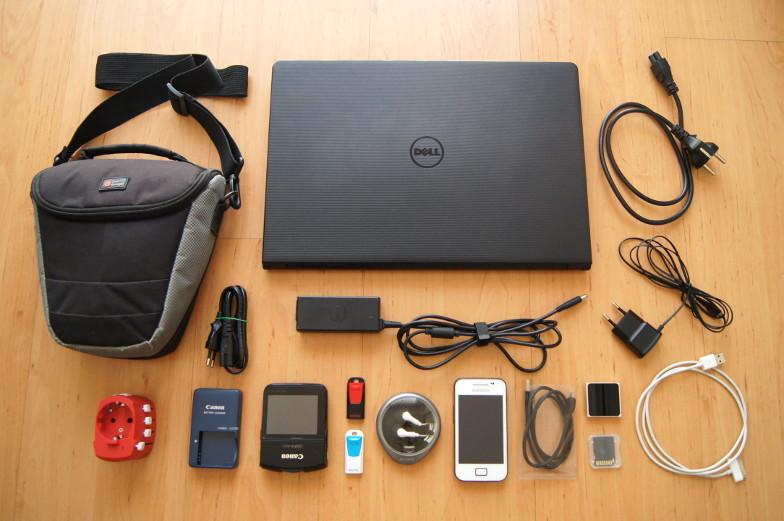 Zur Weltreise Packliste gehoert auch Kamera, Handy, Laptop und Universalsteckdose