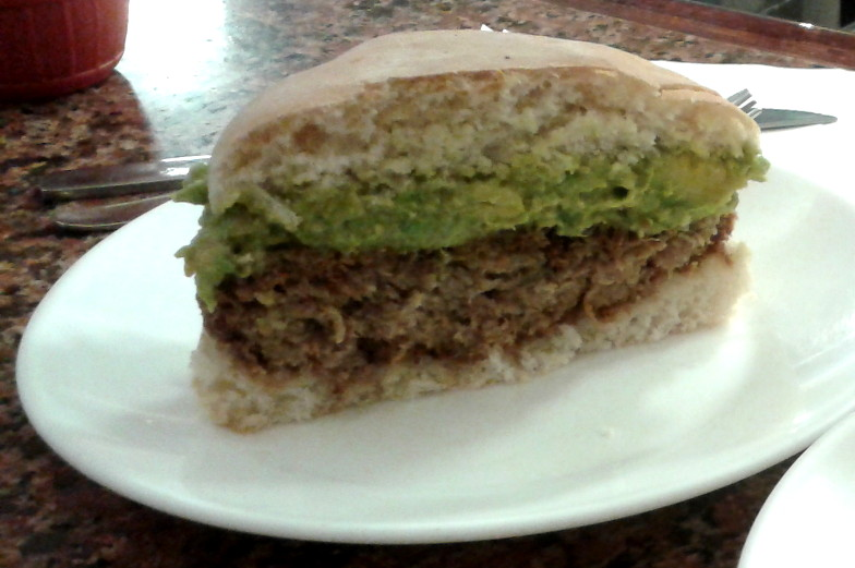 Churrasco Burger mit Avocado in Santiago de Chile