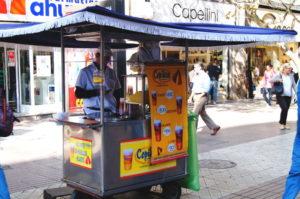 Erfrischungsgetreank Mote Con Huesillos gibt es an jeder Straßenecke in Santiago de Chile