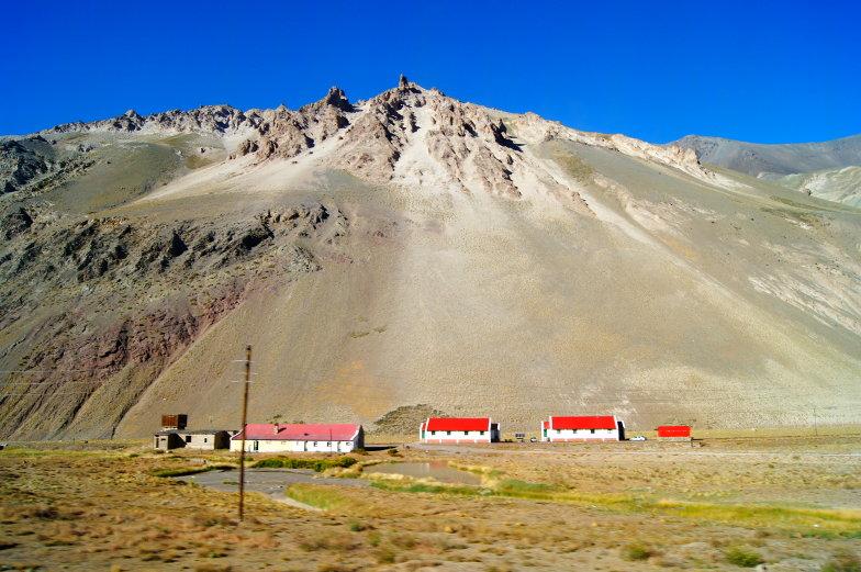 Wenige Haeuser dafuer viele Berge waehrend der Busfahrt von Santiago nach Mendoza