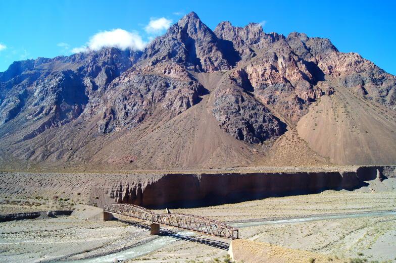 Canyon, Bruecken und viele Berge zieren die Strasse mit dem Bus nach Mendoza