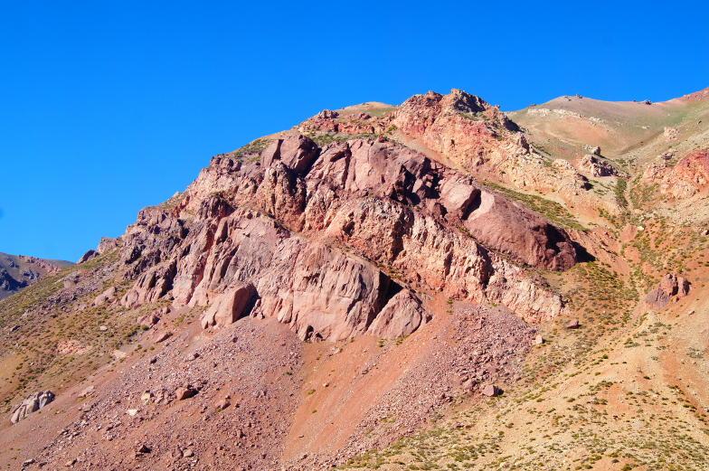 Direkt an der Strasse von Santiago nach Mendoza tuermt sich ein roter Felsen