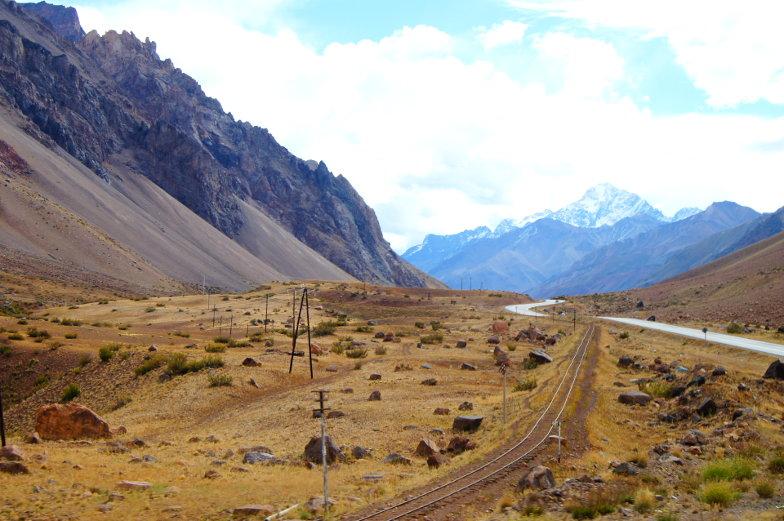 Gleisen, Schneeberge und eine Strasse von Santiago nach Mendoza