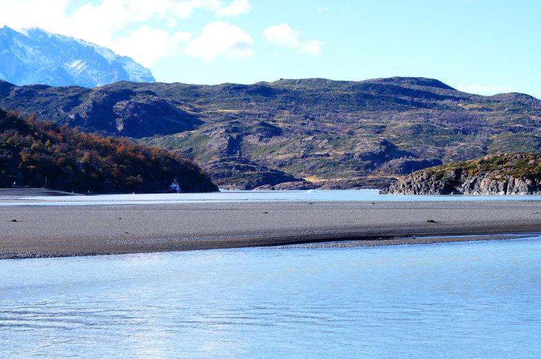 Aus der ferne sieht man kleine Eisbloecke im See treiben Torres del Paine